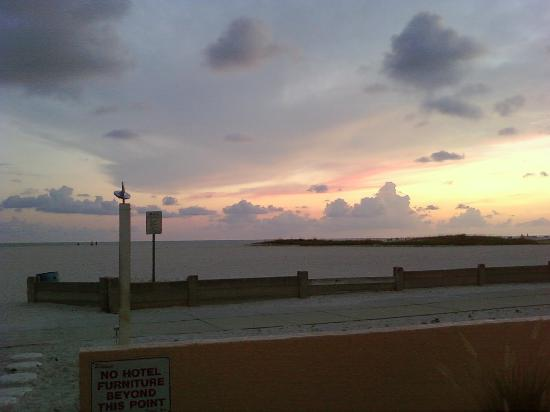 تريجر باي ريزورت آند مارينا: sun set at the motel