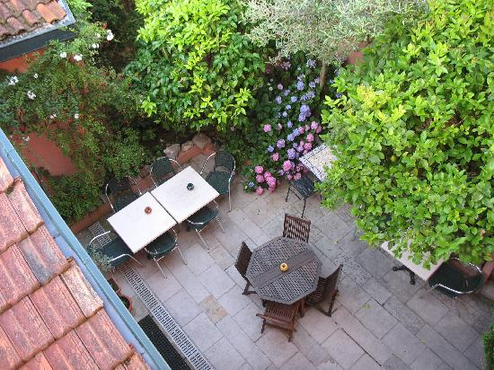 Le patio photo de hotel maria christina saint jean de luz tripadvisor - Jardin interieur com ...