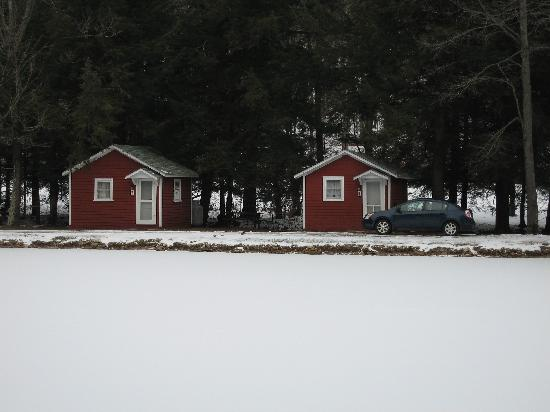 Nine Mile Lakeside Cottages Motel: Cabins 7 & 8 across frozen lake
