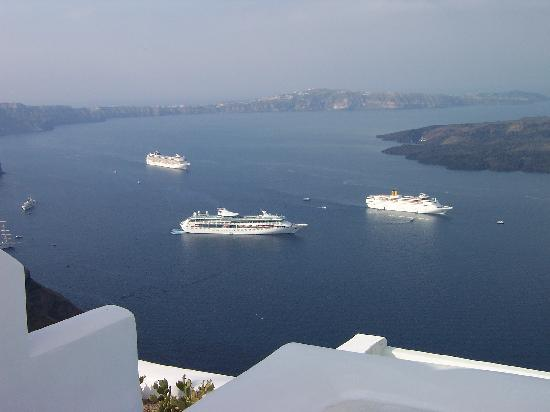 Dreams Luxury Suites: Every morning there were boats. Great when eating breakfast.