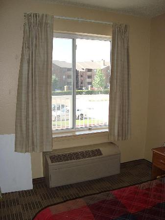 Crossland Economy Studios - Dallas - Mesquite : Curtains close completely for full privacy, air con cools the room straight away