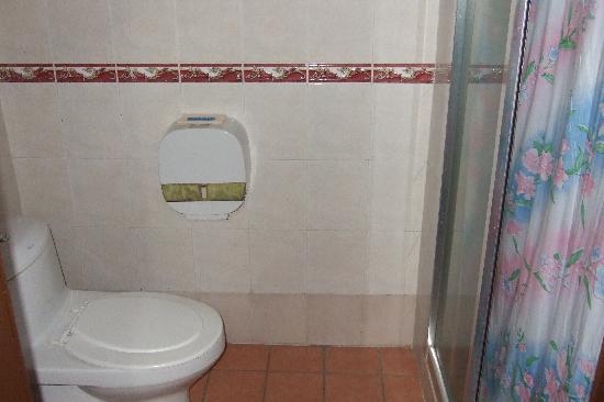 King Park Hotel Tawau: Bathroom1