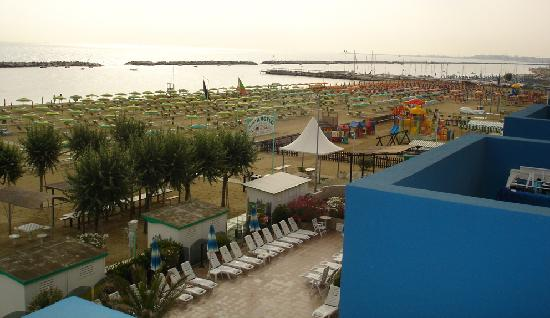 Viserbella, Italien: la spiaggia attrezzata con i giochi