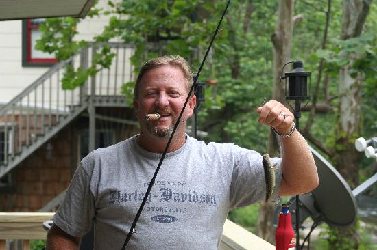 Bat Cave River Cottages: Catching the first fish off the deck !