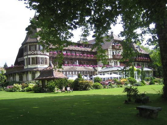 La Pinte du Vieux Manoir: View of the hotel from the lake