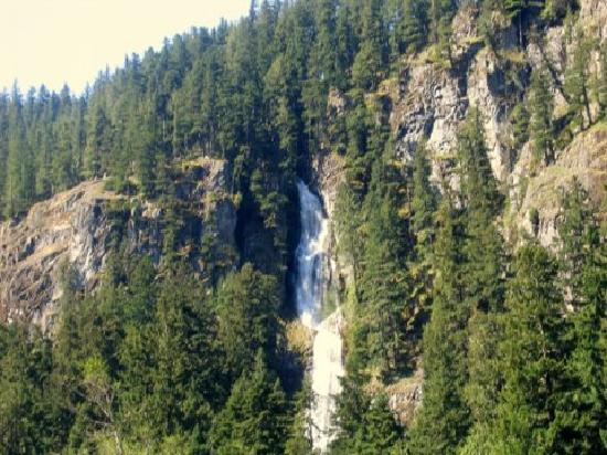 Silver Skis Chalet: The waterfall just outside the condos