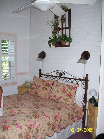 Brookline, MA: Our charming room. The room was once the front porch.