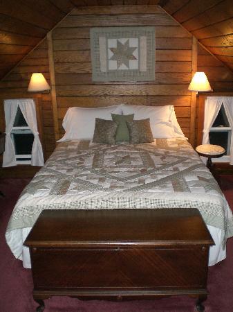 Sobotta Manor Bed & Breakfast: Plush bed in master bedroom