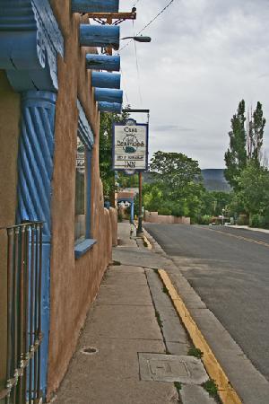 Casa Benavides Historic Inn: Entrance from the street