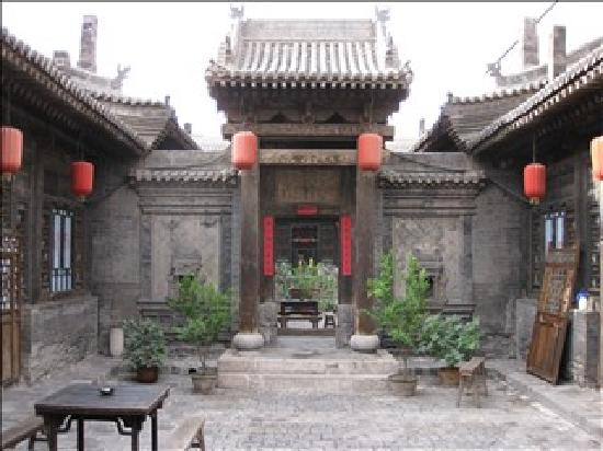 Pingyao Yide Hotel: First courtyard away from the office, second courtyard (with superior rooms) through the gate ah