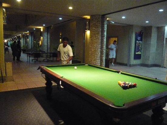 Fiesta Resort & Spa Saipan: ロビーの屋外ビリヤード