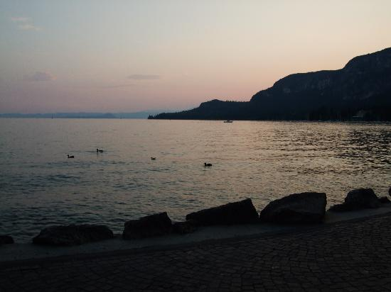 Residenza Turistico Alberghiera Doria: Lake Garda at sunset is stunningly beautiful