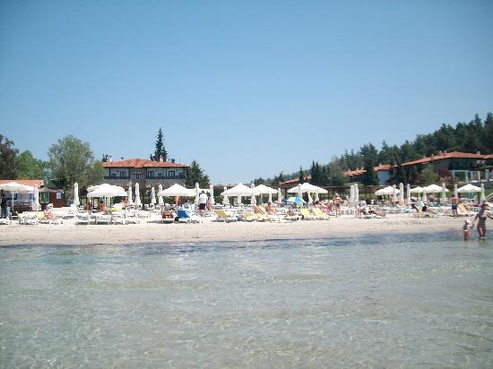 Sani, Grækenland: Blick vom Meer auf Hotelanlage