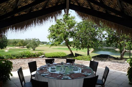 Casa de Campo Resort & Villas: Lagos Grill - Breakfast Buffet, view of Teeth of the Dog 18th green