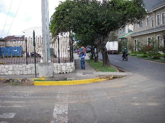 Hotel Grano de Oro San Jose: Street scene around hotel.