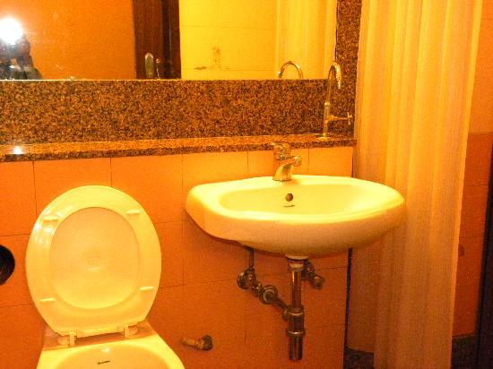 Smart Inn Pune: Cramped toilet with Drinking Water dispenser