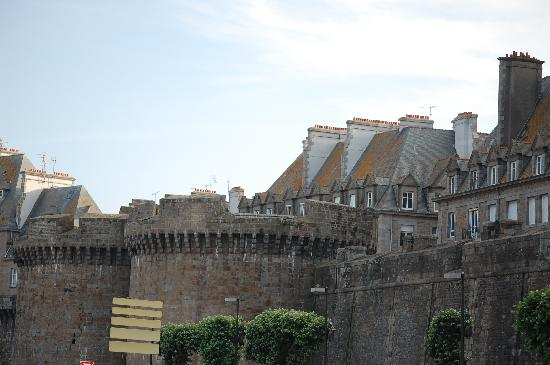 Hôtel Le Nautilus: Outside the walls of St Malo