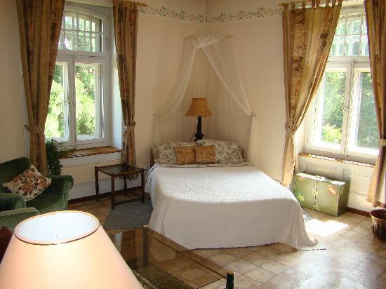 Estavayer-le-Lac, Zwitserland: Double Bedroom with sofa