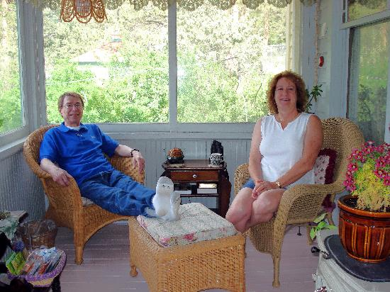 Gilded Pine Meadows Bed and Breakfast: Having coffee on the enclosed porch
