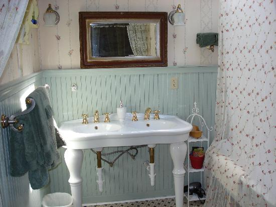 Gilded Pine Meadows Bed and Breakfast: Beautiful old fashion bathroom fixtures