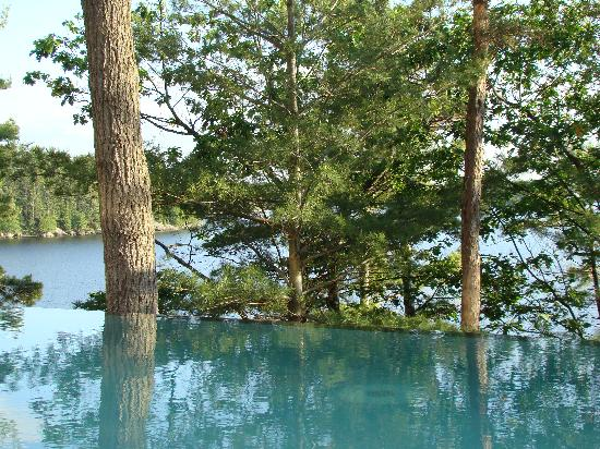 Bracebridge, Kanada: Lake Muskoka from infinity pool