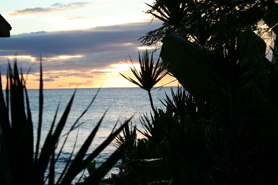 Hale Maui Apartment Hotel: Sunset from the cove at Hale Maui