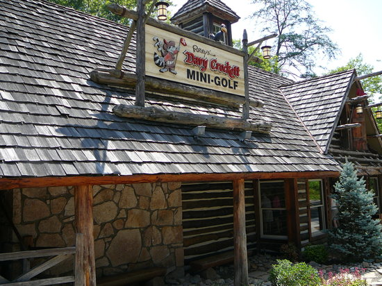 Gatlinburg, TN: Davy Crockett Mini Golf Entrance Cabin