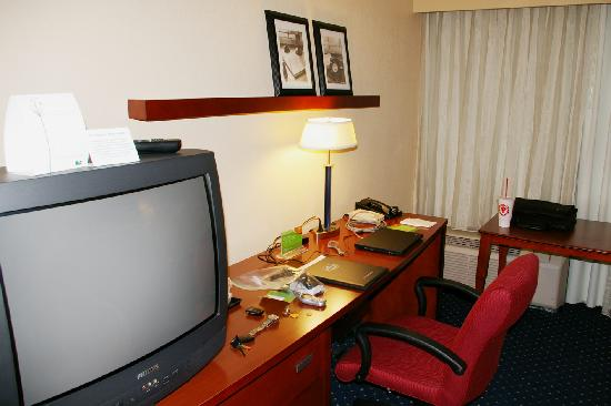 Courtyard by Marriott New Carrollton Landover: TV on a swivel, 3 drawers, desk, and table