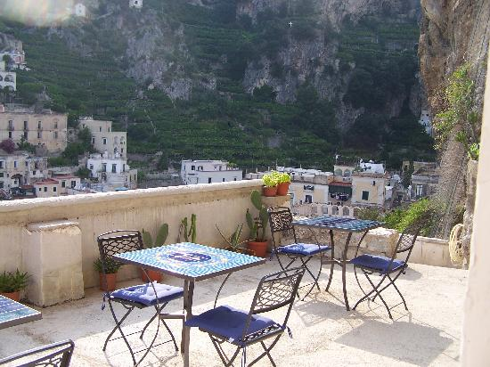 Atrani, Italia: Terrace toward hillside.