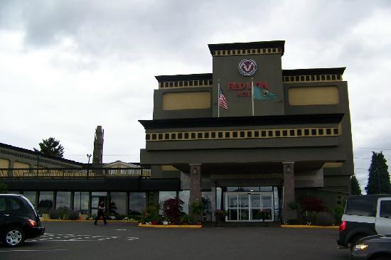 Red Lion Hotel Tacoma: Front Entrance