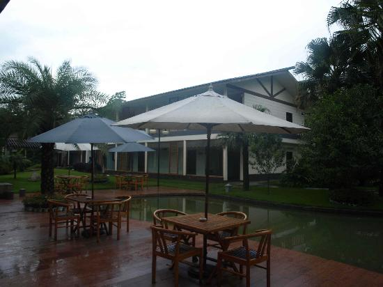 Dongjiang Golf Resort Hotel: hotel courtyard
