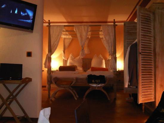 โรงแรมลอคคูเมอร์โฮฟ: at night