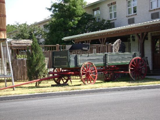 BEST WESTERN PLUS Fredericksburg: pool is just beyond wagon