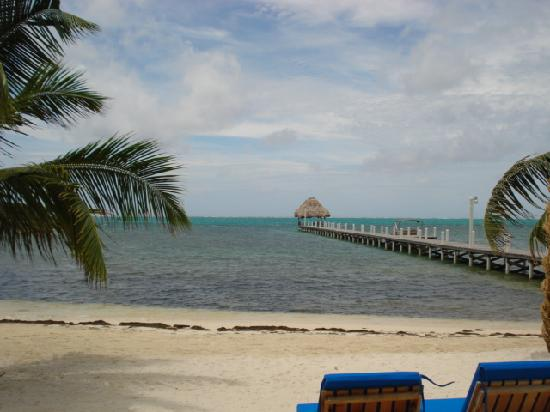 Pelican Reef Villas Resort: Beach and pier
