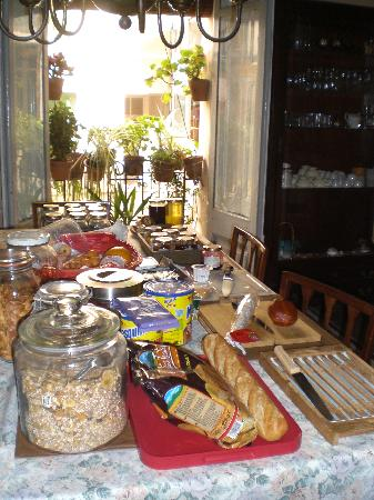 Amiga Barcelona Bed & Breakfast: I had to take a picture of the breakfast table!