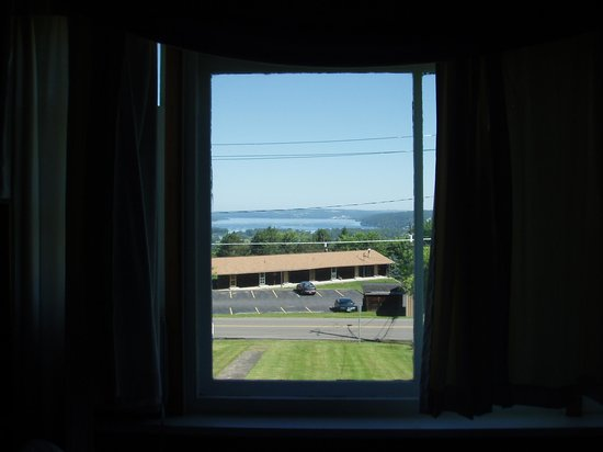 Coddington Guest House: View of Lake... Over Street and Motel
