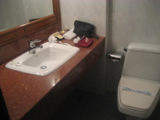 Zephyr Hotel: Bathroom