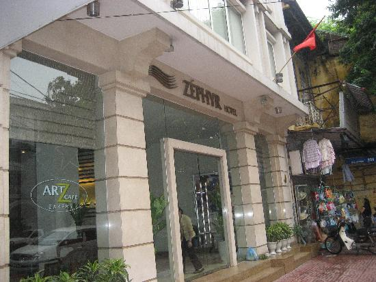Zephyr Hotel: Main Entrance to the hotel