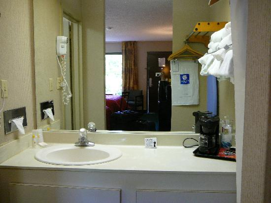 Red Roof Inn Kingsport: Vanity & Coffe Pot in room at Comfort INN