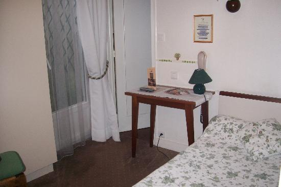 Hotel Iena: Room with single bed