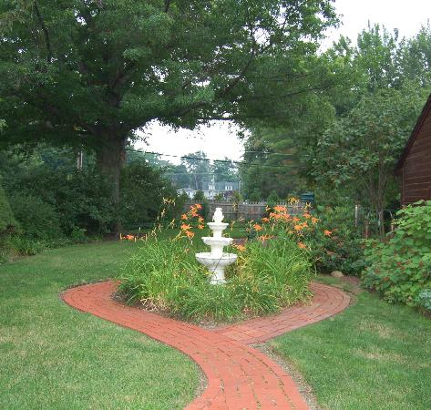 Fitzgerald's Irish Bed & Breakfast: Backyard of the B&B