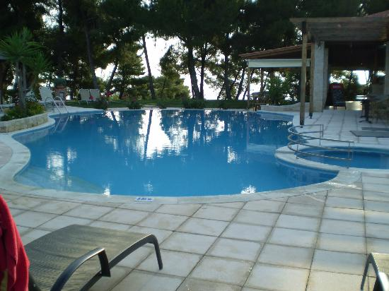 Country Inn Hotel: Chill out at the pool and bar.