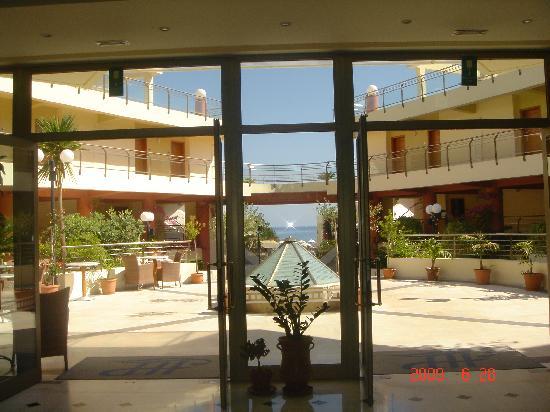 Hydramis Palace Beach Resort: vue sur la mer depuis le hall
