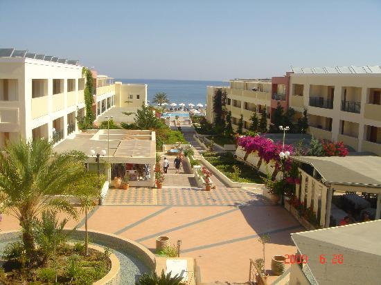 Hydramis Palace Beach Resort: descente du hall vers la mer