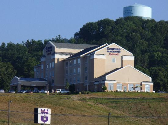 Fairfield Inn & Suites Chattanooga I-24/Lookout Mountain: view of hotel from walmart parking lot