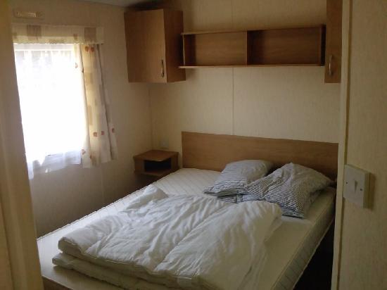 Vauxhall Holiday Park: Main bedroom