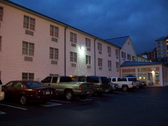 Ramada Pigeon Forge North: Outside of the hotel early in the morning when we left