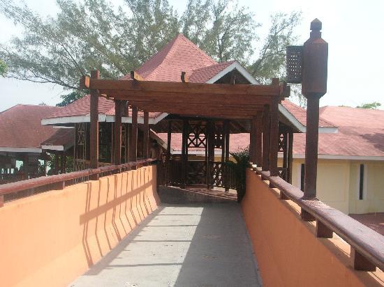 BelleVue Dominican Bay: El puente que conduce a la playa