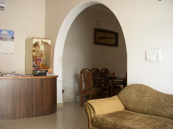 Taj Home Stay: フロント&レストラン