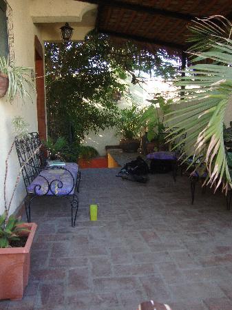 Casa Tuscany Inn: Casa Tuscany- Shaded seating outside the Romeo & Juliet